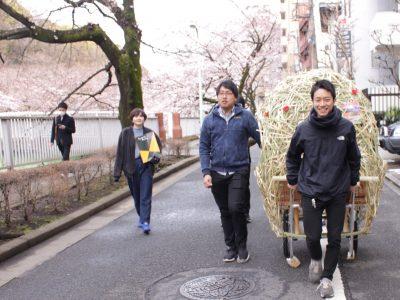 桜並木を見に来たお客さんへのPRは、大学生が手伝ってくれました。